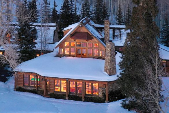 Vente du ranch de Tom Cruise à Telluride dans le Colorado au prix de 39.500.000 Dollars par Sotheby's Realty Tom Cruise has just listed his Telluride, Colorado ranch on Sotheby's Realty. Purchased in 1994 by the actor, the 11,512 Sq Ft. home sits on 320 acres at the foot of a mountain and offers stunning views of the landscape. Constructed mainly out of bleached cedar timbers and native stone, this estate is just minutes away from the Telluride airport, ski resort, and golf course. This winter dream getaway home won't come cheap, however, as it is listed at a cool $39,500,000 Dollars.